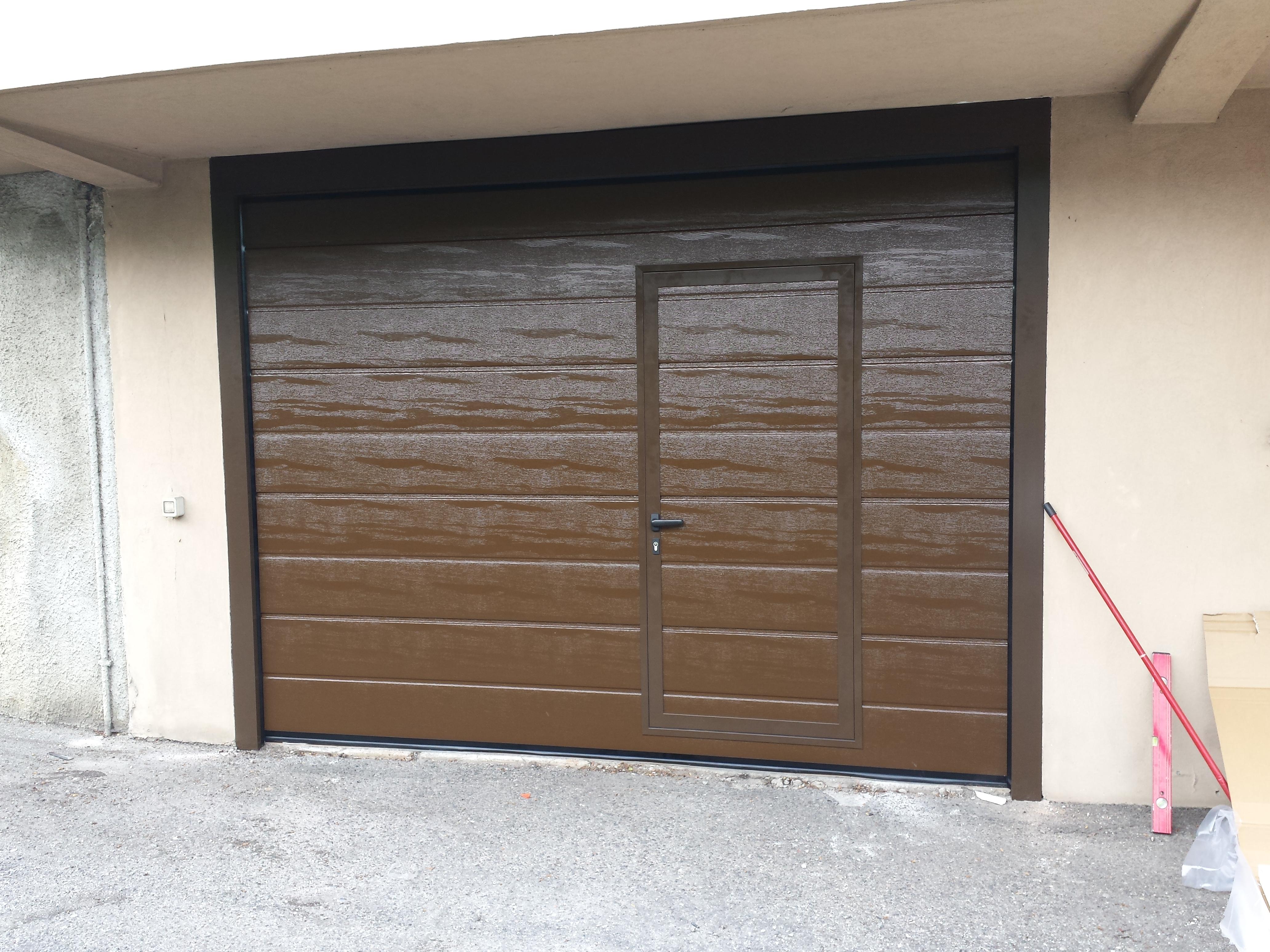 Portone sezionale con portina decentrata for Garage con negozio