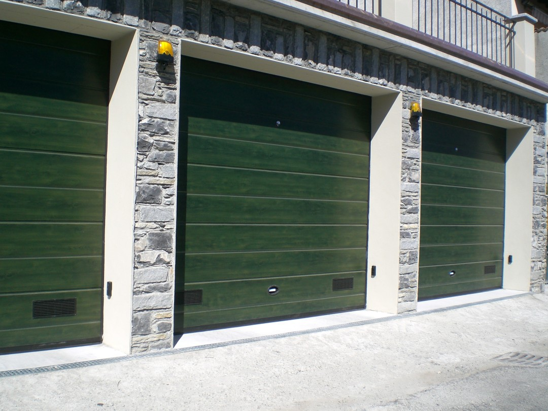 Porta Sezionale finto legno verde edera Mezzegra – CO