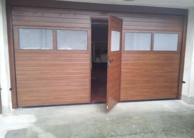 Sezionale finto legno con portina soglia piatta e vetratura opacizzata posato a Giussano (MB)