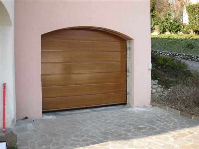 Porta sezionale finto legno mod. Tocantis posato a Cavallaca CO