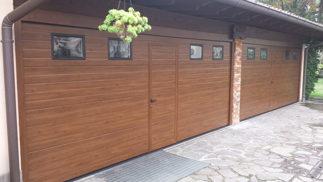 Porte sezionali finto legno mod. sergipe con portina centrale ed oblò posati a Seregno MB