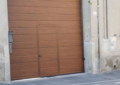 Sezionale finto legno con portina ingresso corte posato a Cesano Maderno